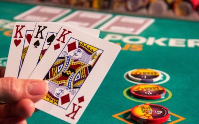 How to play three-card poker: notions and strategies